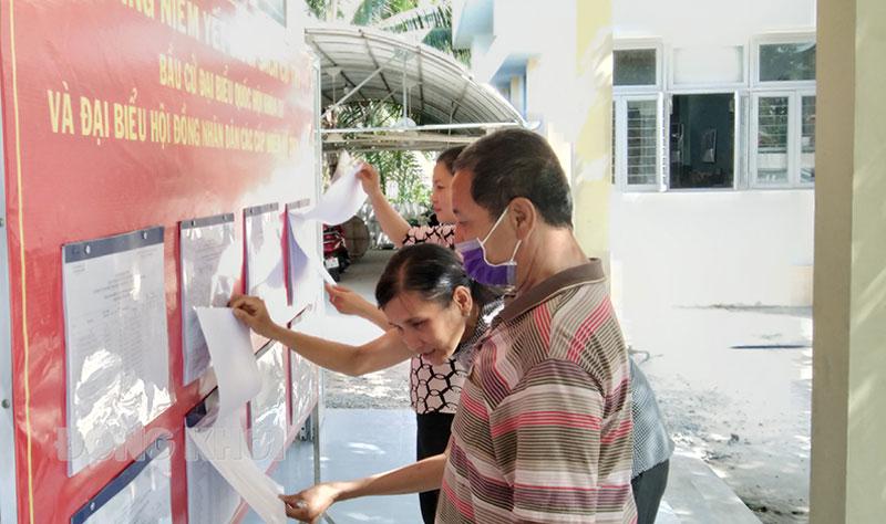 Người dân tìm hiểu thông tin bầu cử. Ảnh: Huỳnh Lâm