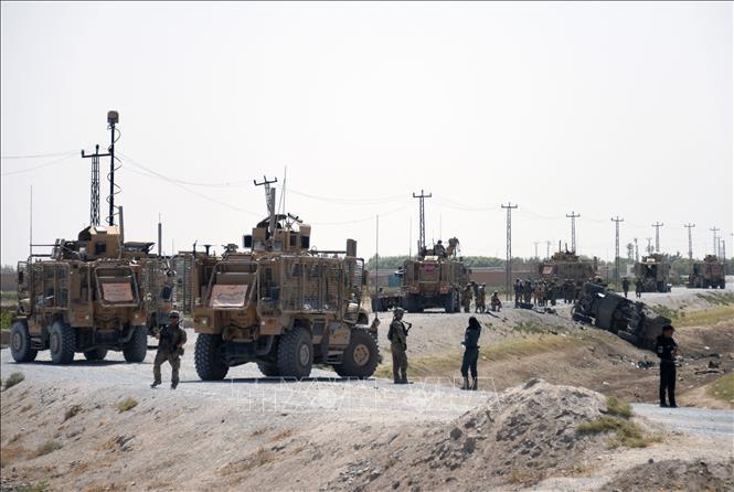 Binh sĩ NATO điều tra tại hiện trường một vụ tấn công liều chết ở Kandahar, Afghanistan, ngày 15-9-2017. Ảnh: AFP/TTXVN