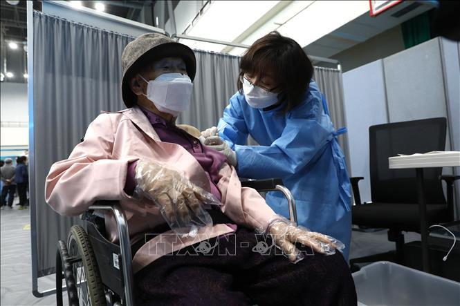 Nhân viên y tế tiêm vaccine ngừa COVID-19 cho người dân tại Seoul, Hàn Quốc ngày 1-4-2021. Ảnh: AFP/TTXVN
