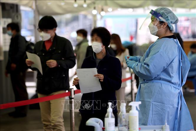 Người dân xếp hàng chờ xét nghiệm COVID-19 tại Seoul, Hàn Quốc, ngày 15-4-2021. Ảnh: Yonhap/TTXVN