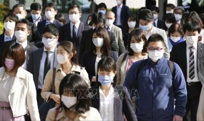 Người dân đeo khẩu trang phòng dịch COVID-19 tại Tokyo, Nhật Bản, ngày 12-4-2021. Ảnh: Kyodo/TTXVN