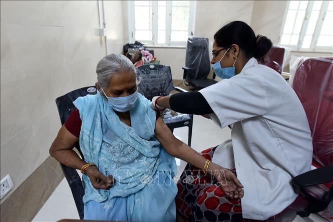 Nhân viên y tế tiêm vaccine ngừa COVID-19 cho người dân tại Uttar Pradesh, Ấn Độ ngày 10-4-2021. Ảnh: THX/TTXVN