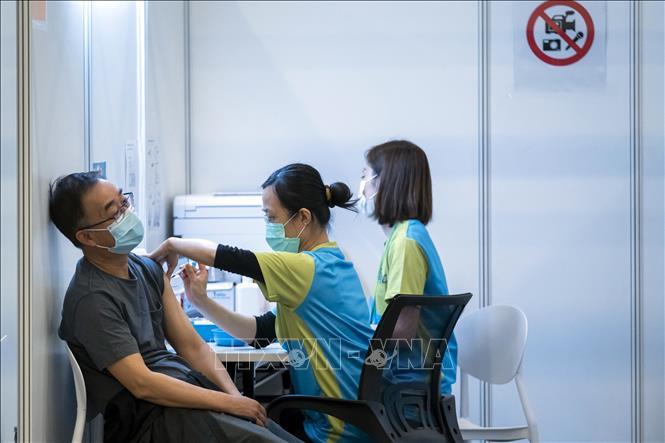 Nhân viên y tế tiêm vaccine ngừa COVID-19 cho người dân tại Hong Kong, Trung Quốc, ngày 23-2-2021. Ảnh: AFP/TTXVN