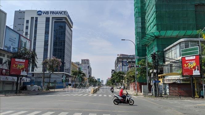 Ngã tư đại lộ Monivong và đường Mao Tse Tung ở thủ đô Phnom Penh vắng vẻ trong ngày đầu thực hiện phong tỏa. Ảnh: Nguyễn Hùng - PV TTXVN tại Campuchia