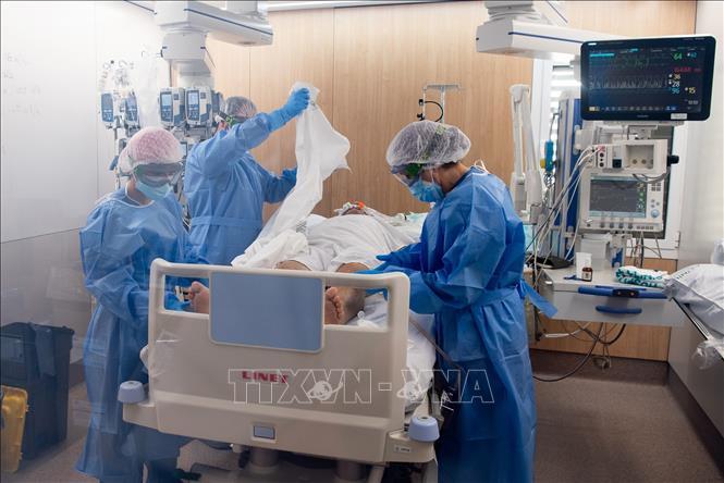 Nhân viên y tế điều trị cho bệnh nhân COVID-19 tại một bệnh viện ở Barcelona, Tây Ban Nha ngày 8-4-2021. Ảnh: THX/TTXVN