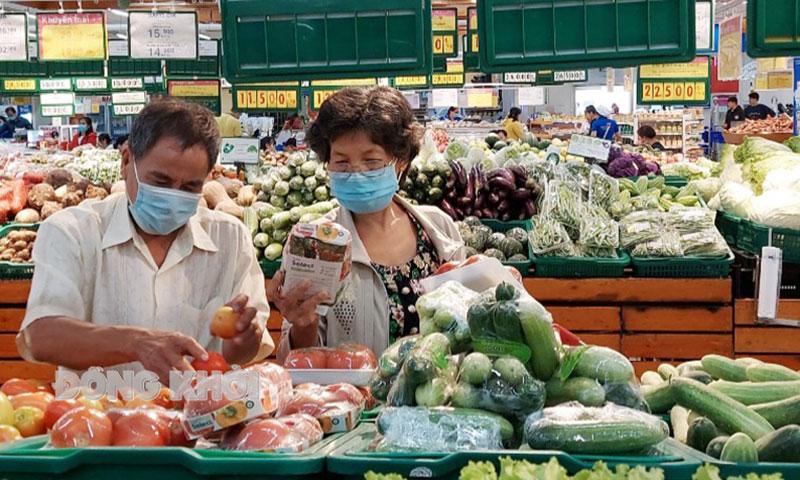 Người tiêu dùng lựa chọn rau, củ, quả tại siêu thị. Ảnh: Phan Hân