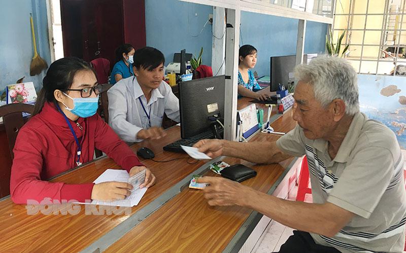 Người dân đến UBND xã Tân Phú Tây (Mỏ Cày Bắc) giải quyết thủ tục hành chính tại Bộ phận tiếp nhận và trả kết quả.