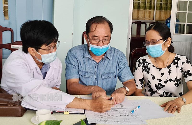 Phó giám đốc Sở Y tế Phạm Quốc Tuấn (giữa) thảo luận với ban giám đốc Bệnh viện Lao và bệnh phổi về phương án ứng phó tình hình dịch Covid-19.
