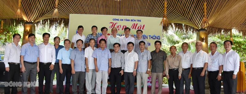 Lãnh đạo Công an tỉnh chụp ảnh lưu niệm với các đại biểu. Ảnh: Quang Duy.