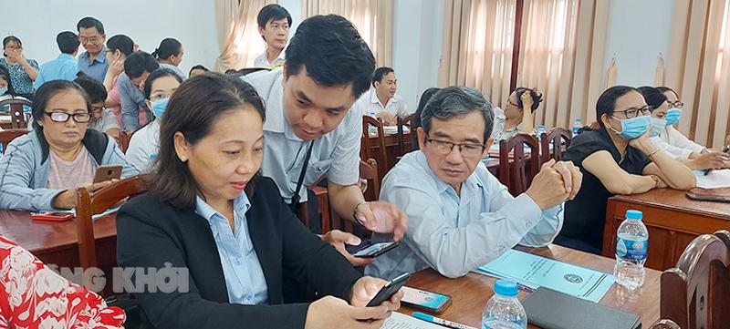 Cán bộ thông tin của BHXH tỉnh hướng dẫn đại biểu cài đặt VssID.