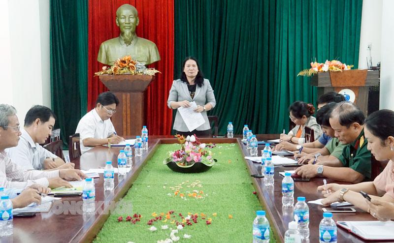 Phó chủ tịch UBND tỉnh Nguyễn Thị Bé Mười phát biểu tại cuộc họp.