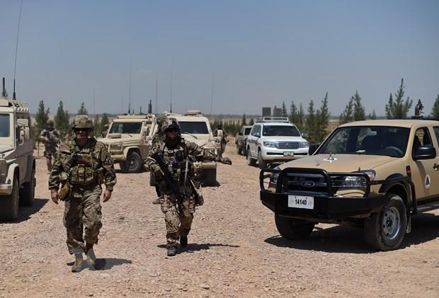 Binh sĩ NATO tuần tra tại Mazar-i-Sharif, Afghanistan, ngày 26-4-2016. Ảnh: AFP/TTXVN
