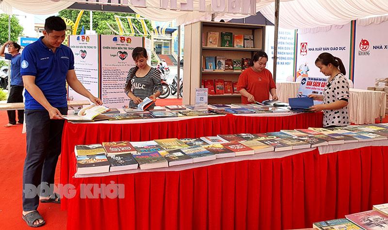 Không gian trưng bày sách của Thư viện Nguyễn Đình Chiểu trong chuỗi hoạt động Đường sách xứ Dừa. Ảnh: Thanh Đồng