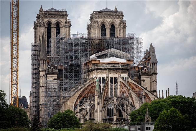Nhà thờ Đức Bà ở Paris, Pháp trong quá trình phục dựng sau hỏa hoạn. Ảnh: THX/TTXVN