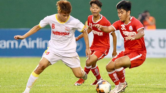 Trận chung kết là sự góp mặt của 2 đội bóng xuất sắc nhất gồm HV NutiFood (trắng) và PVF (đỏ). Ảnh: Quốc An