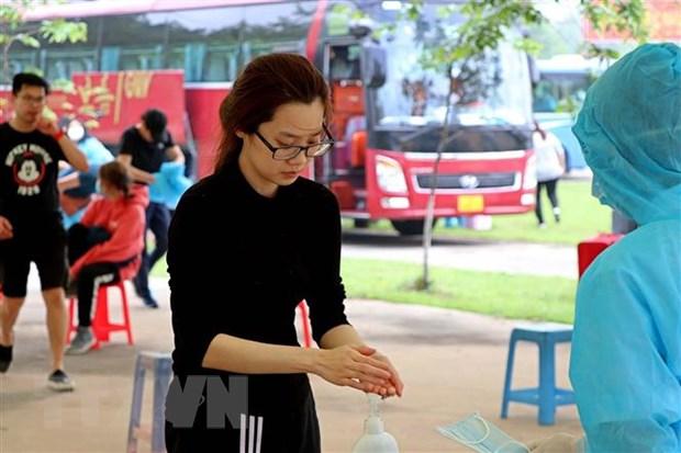 Công dân rửa tay khử khuẩn tại khu cách ly. Ảnh: Thanh Hải/TTXVN
