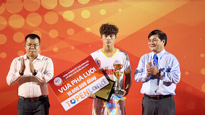 Nguyễn Quốc Việt (HV NutiFood) nhận giải Vua phá lưới với 8 bàn. Ảnh: Quốc An