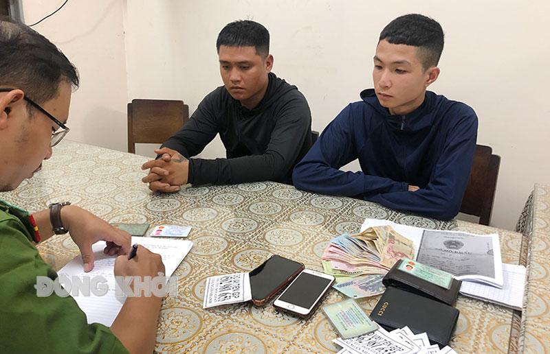 Lê Ngọc Thanh (trái) và Hà Kỳ Phong tại cơ quan Công an. Ảnh: Minh Thắm