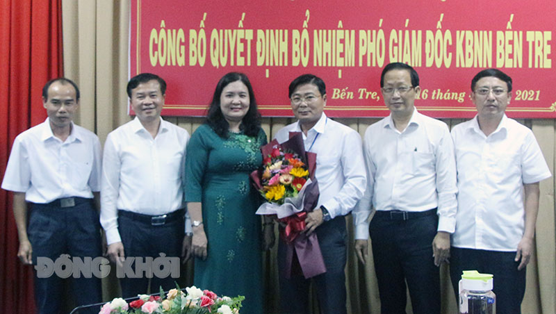 Lãnh đạo Kho bạc Nhà nước, lãnh đạo tỉnh chụp ảnh lưu niệm cùng đồng chí Võ Thanh Tâm.