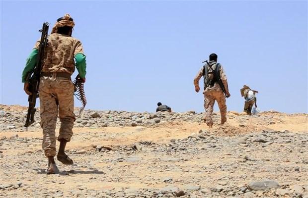 Các tay súng thuộc lực lượng ủng hộ chính phủ giao tranh với phiến quân Houthi tại Marib, Yemen, ngày 6-4-2021. Nguồn: AFP/TTXVN