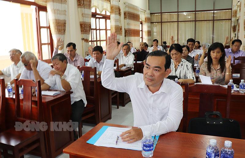 Biểu quyết thông nhất thông qua danh sách 56 người ứng cử đại biểu HĐND huyện khóa XII. Ảnh: Trà Dũng