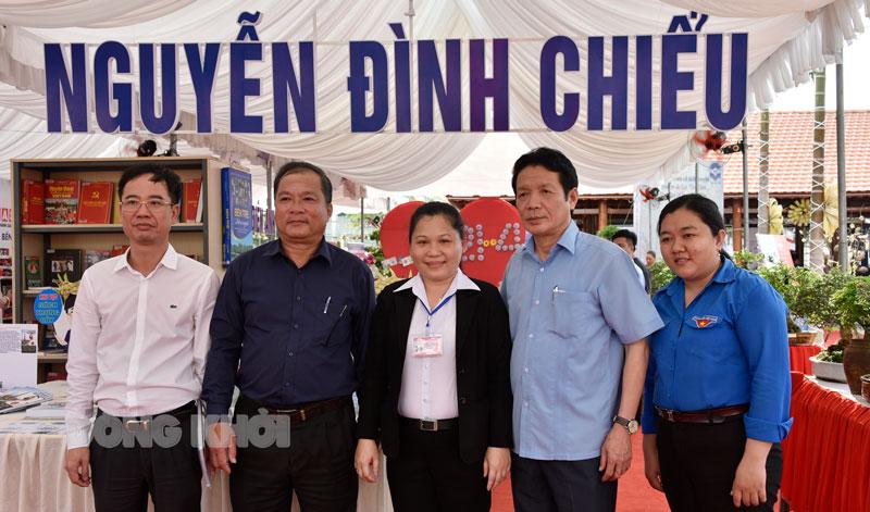 Thứ trưởng Bộ Thông tin và Truyền thông Hoàng Vĩnh Bảo (thứ hai, từ phải sang) và Ban tổ chức Đường sách xứ Dừa.