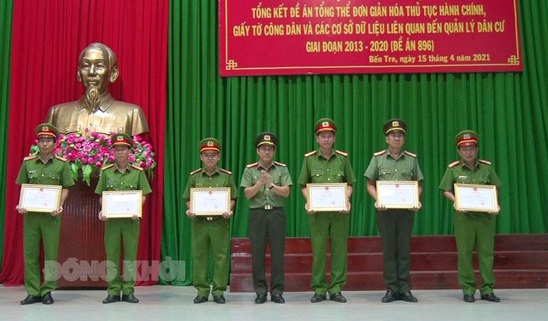 Giám đốc Công an tỉnh Võ Hùng Minh trao giấy khen cho các tập thể, cá nhân đạt thành tích.
