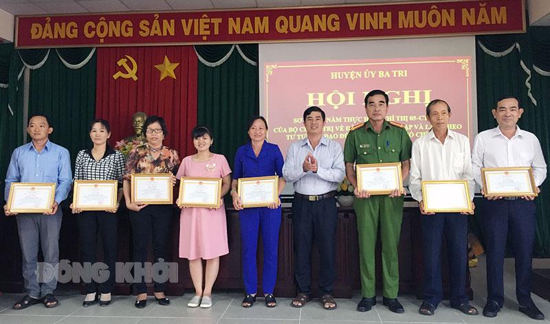 Khen thưởng các cá nhân, tập thể thực hiện tốt Chi thị 05 của Bộ Chính trị.