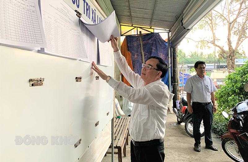 Chủ tịch UBND tỉnh Trần Ngọc Tam kiểm tra danh sách niêm yết cử tri tại Ủy ban bầu cử xã Lương Quới.