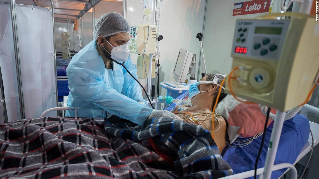 Bác sĩ điều trị cho bệnh nhân COVID cấp cứu tại một bệnh viện dã chiến ở Brazil. Ảnh: CNN