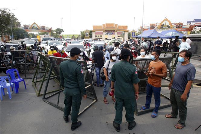 Cảnh sát dựng chốt chặn tại một tuyến phố ở Phnom Penh, Campuchia khi lệnh phong tỏa được áp đặt nhằm kiềm chế sự lây lan của dịch COVID-19, ngày 15-4-2021. Ảnh: THX/TTXVN