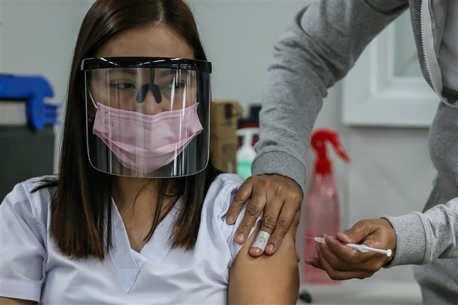Tiêm vaccine phòng dịch COVID-19 cho người dân tại một trung tâm tiêm chủng ở thành phố Taguig, Philippines, ngày 16-4-2021/2021. Ảnh: THX/TTXVN