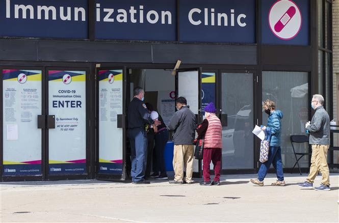 Người dân xếp hàng chờ tiêm vaccine ngừa COVID-19 tại một điểm tiêm chủng ở Toronto, Canada ngày 25-3-2021. Ảnh: THX/TTXVN