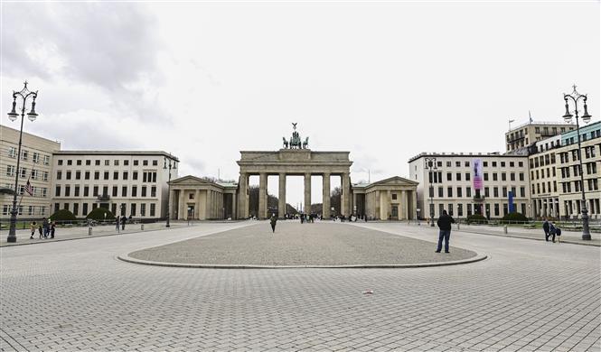 Cảnh vắng vẻ trên đường phố Berlin, Đức khi lệnh giới hạn được áp đặt nhằm ngăn dịch COVID-19 lây lan, ngày 5-4-2021. Ảnh: AFP/TTXVN