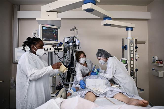 Bệnh nhân COVID-19 được điều trị tại một bệnh viện ở Bry-Sur-Marne, Pháp, ngày 15-4-2021. Ảnh: AFP/TTXVN