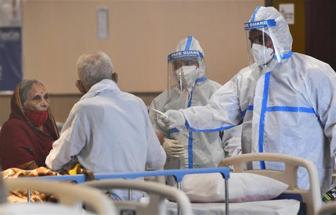 Điều trị cho bệnh nhân nhiễm COVID-19 tại bệnh viện ở New Delhi, Ấn Độ, ngày 13-4-2021. Ảnh: THX/TTXVN