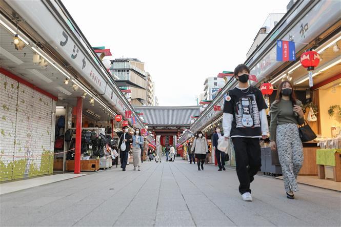 Người dân đeo khẩu trang phòng dịch COVID-19 tại Tokyo, Nhật Bản, ngày 12-4-2021. Ảnh: THX/ TTXVN