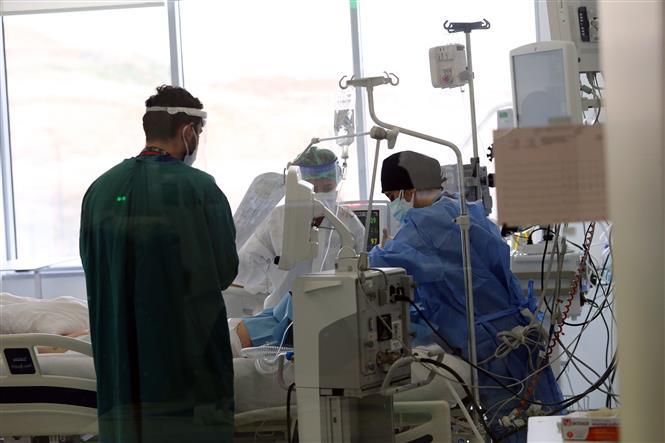 Nhân viên y tế điều trị cho bệnh nhân COVID-19 tại bệnh viện ở Ankara, Thổ Nhĩ Kỳ ngày 16-4-2021. Ảnh: THX/TTXVN