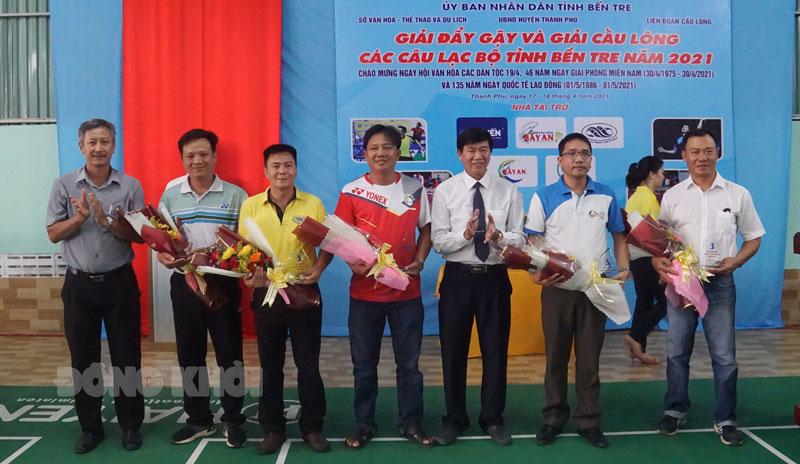 Ban tổ chức tặng hoa và quà lưu niệm cho các nhà tài trợ tại Giải.