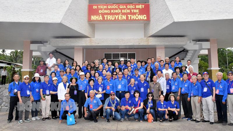 Đoàn chụp ảnh lưu niệm tại Khu Di tích Đồng Khởi, xã Định Thủy, huyện Mỏ Cày Nam.