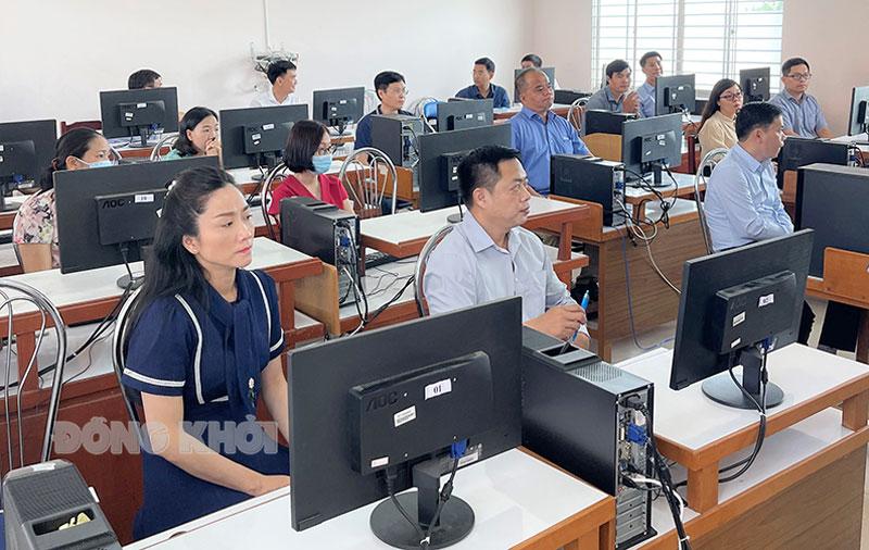 Thi sinh vào phòng thi chuẩn bị thi môn kiến thức chung và môn tiếng Anh.