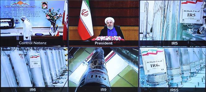 Các máy li tâm và thiết bị làm giàu urani bên trong cơ sở hạt nhân Natanz của Iran và Tổng thống Iran Hassan Rouhani (giữa, hàng trên) phát biểu nhân Ngày hạt nhân quốc gia ở Tehran (chụp tại hội nghị trực tuyến do Văn phòng Tổng thống Iran cung cấp ngày 10-4-2021). Ảnh: AFP/TTXVN