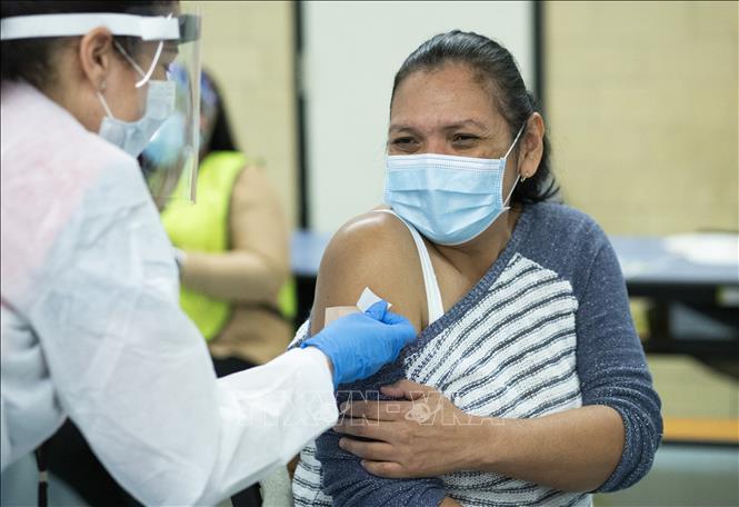 Nhân viên y tế tiêm vaccine ngừa COVID-19 cho người dân tại New York, Mỹ, ngày 10-1-2021. Ảnh: AFP/TTXVN