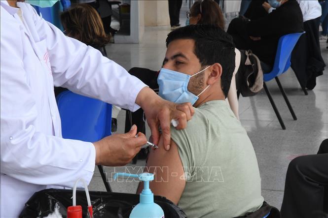 Nhân viên y tế tiêm vaccine ngừa COVID-19 cho người dân tại Tunis, Tunisia, ngày 10-4-2021. Ảnh: THX/ TTXVN