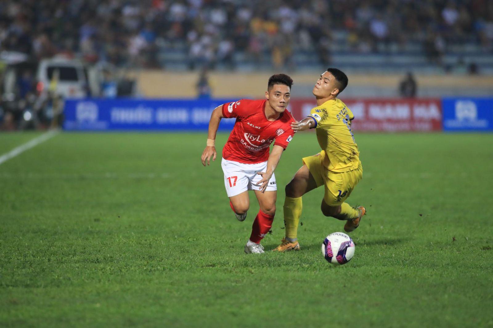 Lâm Ti Phông lập cú đúp cho TP.HCM