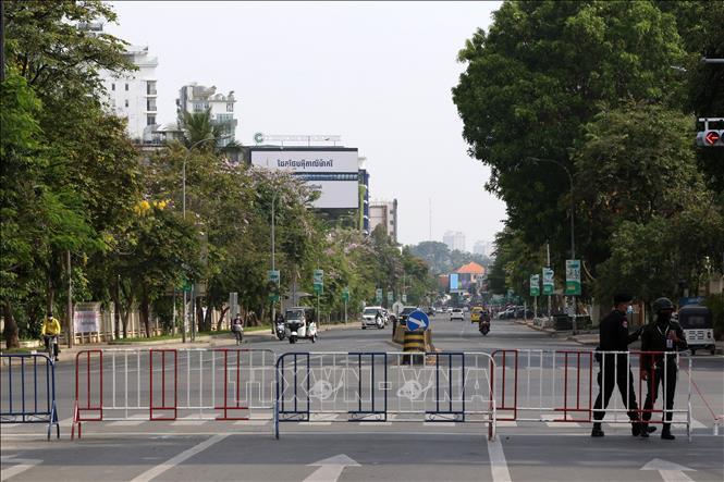 Cảnh sát phong tỏa một tuyến đường nhằm ngăn chặn sự sự lây của dịch COVID-19 tại Phnom Penh, Campuchia, ngày 15-4-2021. Ảnh: THX/TTXVN