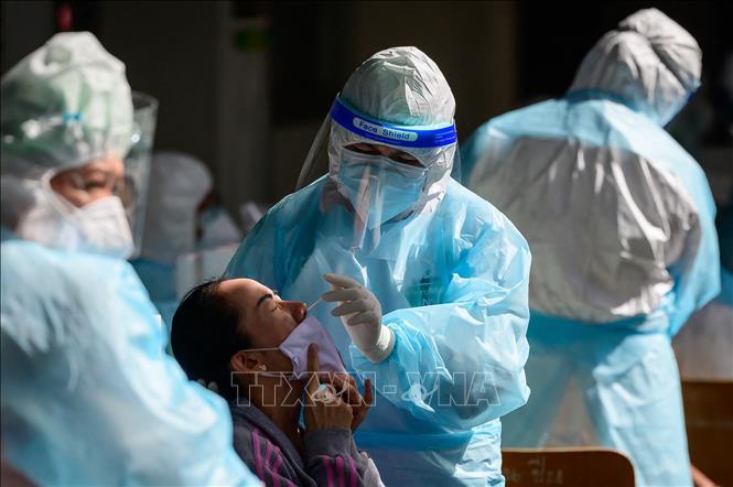 Nhân viên y tế lấy mẫu xét nghiệm COVID-19 tại Bangkok, Thái Lan, ngày 17-4-2021. Ảnh: AFP/TTXVN