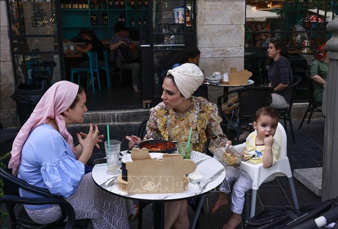 Người dân tại một nhà hàng ở Jerusalem, ngày 18-4-2021. Ảnh: AFP/TTXVN