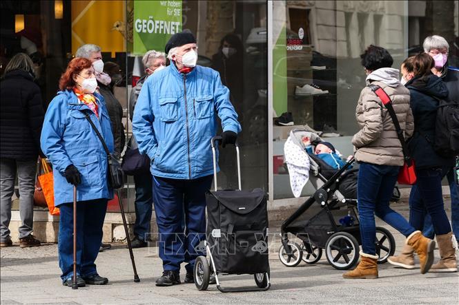 Người dân đeo khẩu trang phòng lây nhiễm COVID-19 tại Berlin, Đức, ngày 12-4-2021. Ảnh: THX/TTXVN