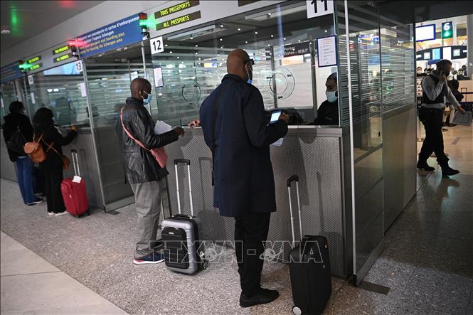 Hành khách xếp hàng làm thủ tục tại sân bay Roissy Charles-de-Gaulle ở Paris, Pháp, ngày 1-2-2021. Ảnh: AFP/TTXVN